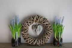 Decoración casera, guirnalda con 2 floreros de cristal al lado de ella imagen de archivo libre de regalías