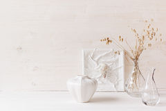 Decoración casera suave Conchas marinas y florero de cristal con las espiguillas en el fondo de madera blanco foto de archivo libre de regalías