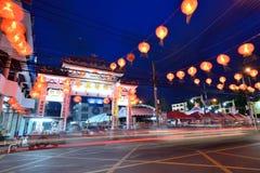 Decoración china de la calle del Año Nuevo en la noche en Hat Yai Foto de archivo