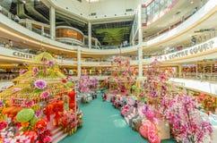 Decoración china del Año Nuevo en el mediados de valle Megamall La gente puede exploración vista y el hacer compras alrededor de  Foto de archivo libre de regalías