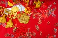 Decoración china del Año Nuevo en fondo rojo de la tela , C china Imagenes de archivo
