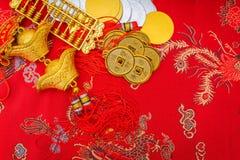 Decoración china del Año Nuevo en fondo rojo de la tela , C china Fotografía de archivo
