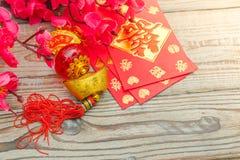 Decoración china del Año Nuevo en la pared de madera , Te de los caracteres chinos Foto de archivo
