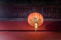 Decoración china roja sola de la linterna de papel tomada en la noche sin llamar Fotos de archivo libres de regalías