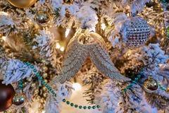 Decoración chispeante de los ornamentos del diseño interior del árbol de navidad imagen de archivo libre de regalías