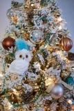 Decoración chispeante de los ornamentos del diseño interior del árbol de navidad fotos de archivo libres de regalías