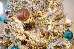 Decoración chispeante de los ornamentos del diseño interior del árbol de navidad fotografía de archivo