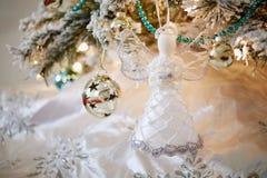 Decoración chispeante de los ornamentos del diseño interior del árbol de navidad imágenes de archivo libres de regalías