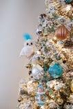 Decoración chispeante de los ornamentos del diseño interior del árbol de navidad imagenes de archivo