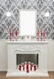 Decoración colocada encima de la chimenea: velas, lámpara, maqueta en blanco del marco Concepto del tema del Año Nuevo y de la Na imagen de archivo