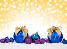 Decoración colorida de la Navidad sobre nieve Imagen de archivo libre de regalías