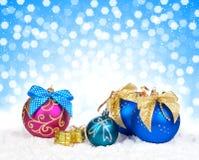 Decoración colorida de la Navidad sobre nieve Fotos de archivo libres de regalías
