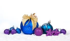 Decoración colorida de la Navidad sobre nieve Imagen de archivo