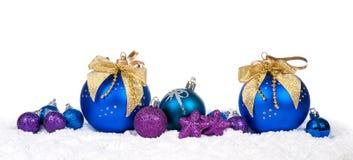 Decoración colorida de la Navidad sobre nieve Foto de archivo libre de regalías