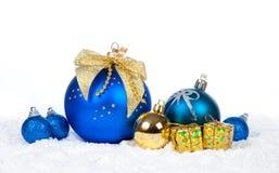 Decoración colorida de la Navidad sobre nieve Fotografía de archivo libre de regalías