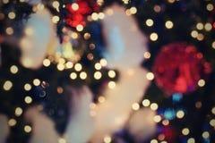 Decoración colorida de la Navidad Vacaciones de invierno y ornamentos tradicionales en un árbol de navidad Cadenas de iluminación Fotografía de archivo