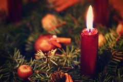 Decoración colorida de la Navidad Vacaciones de invierno y ornamentos tradicionales en un árbol de navidad Cadenas de iluminación Foto de archivo