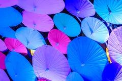 Decoración colorida de los paraguas del papel hecho a mano en el stre tradicional Imágenes de archivo libres de regalías