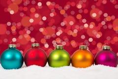 Decoración colorida del fondo de las bolas de la Navidad en fila con sno Foto de archivo