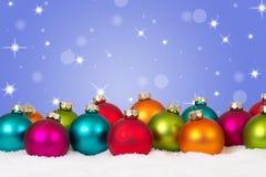 Decoración colorida del fondo de muchas bolas de la Navidad con copyspa Foto de archivo