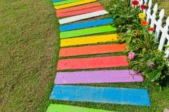 Decoración colorida del jardín de la trayectoria del pie del arco iris fotos de archivo libres de regalías
