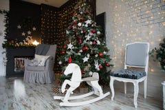 Decoración con el árbol de navidad, chimenea Imagenes de archivo