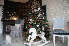 Decoración con el árbol de navidad, chimenea Fotografía de archivo
