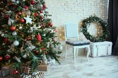 Decoración con el árbol de navidad en un piso de madera Imágenes de archivo libres de regalías