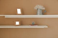 Decoración con el marco, el cuaderno, el despertador y el jarro de la foto Imagen de archivo