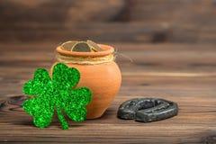 Decoración con las monedas de la mina de oro, herradura del día del St Patricks y Imagen de archivo libre de regalías