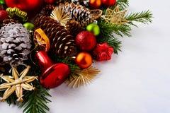 Decoración con las rebanadas anaranjadas secadas, cascabel rojo a de la Navidad Fotos de archivo libres de regalías