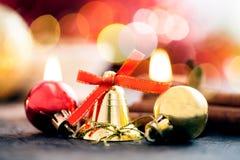 Decoración con las velas, bola de la Navidad, cinta, cono de abeto, árbol, estrella del anice, cinamon de la Navidad imagen de archivo