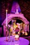 Decoración con las velas y las lámparas para la cena corporativa del evento o de gala fotos de archivo
