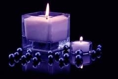 Decoración con las velas y las perlas negras Imagen de archivo