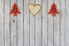Decoración con los árboles de navidad y los ornamentos del terciopelo del corazón de la Navidad Imagen de archivo libre de regalías