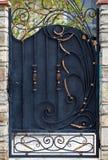 Decoración con los elementos adornados del labrado-hierro, cierre de la puerta para arriba fotografía de archivo libre de regalías