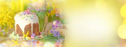 Decoración con los huevos y la torta de Pascua Foto de archivo