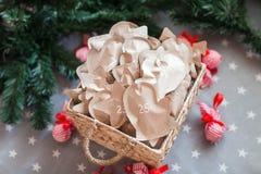 Decoración con los regalos, advenimiento de la Navidad 25 de diciembre Fotos de archivo