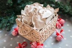 Decoración con los regalos, advenimiento de la Navidad 25 de diciembre Foto de archivo libre de regalías