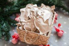 Decoración con los regalos, advenimiento de la Navidad 25 de diciembre Imagen de archivo libre de regalías