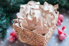 Decoración con los regalos, advenimiento de la Navidad 31 de diciembre Imagen de archivo libre de regalías