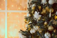 Decoración con un árbol de navidad Imágenes de archivo libres de regalías