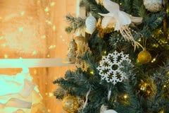 Decoración con un árbol de navidad Imagen de archivo