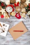 Decoración, cuaderno y pluma de la Navidad sobre fondo de madera Concepto de las vacaciones de invierno Espacio para el texto Foto de archivo libre de regalías