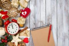 Decoración, cuaderno y pluma de la Navidad sobre fondo de madera Concepto de las vacaciones de invierno Espacio para el texto Foto de archivo
