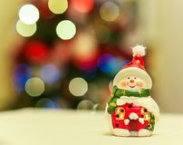 Decoración de cerámica del muñeco de nieve con las luces del árbol de navidad Fotografía de archivo