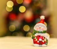 Decoración de cerámica del muñeco de nieve con las luces del árbol de navidad Imagenes de archivo
