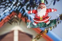 Decoración de Chrismas con la ejecución de Papá Noel Foto de archivo libre de regalías