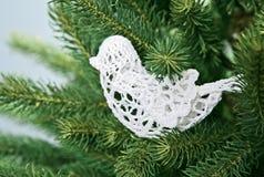 Decoración de costura blanca de la Navidad del pájaro en picea Foto de archivo libre de regalías