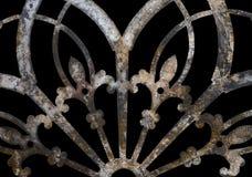 Decoración de encaje del metal del grunge oxidado del hierro con la flor de lis aislada en negro fotografía de archivo
